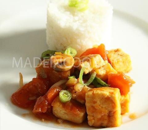 Tofu sauté aux tomates - Photo par madeincooking
