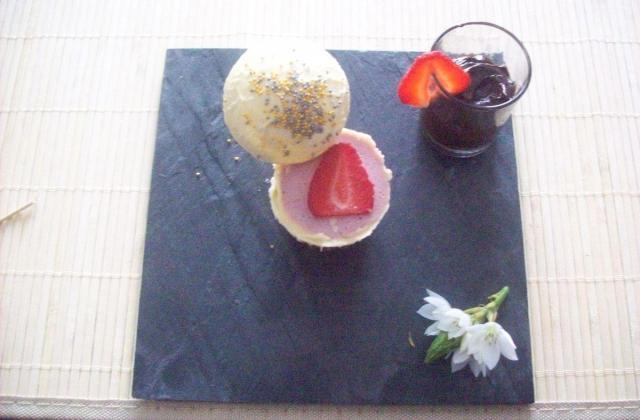 Sphère de chocolat blanc et mousse de fraises - Photo par dalyz