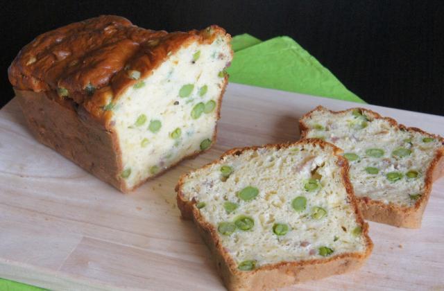 Cake aux petits pois frais, lardons et comté - Photo par le book gourmand