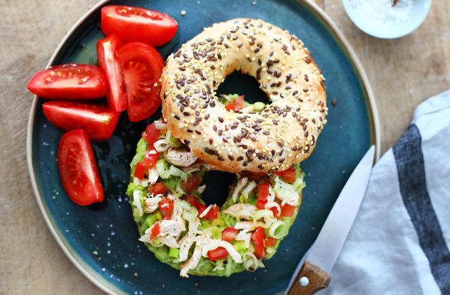 Bagel poulet, guacamole, tomates et oignon nouveau - Photo par Emilie Guelpa