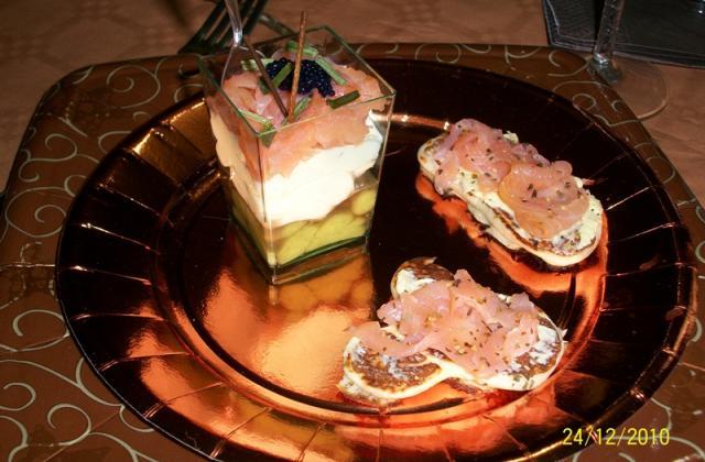 Verrines de saumon à l'avocat /saumon/boursin et ses minis barques saumonés - Photo par sakaro