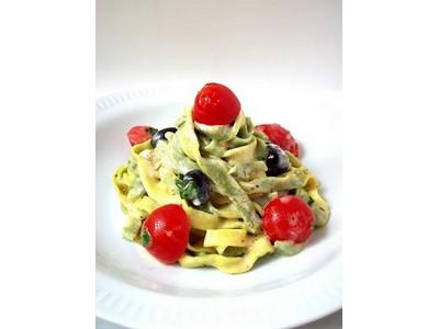 Fettuccine jaunes et vertes au chèvre frais, tomates, olives et herbes marinés - Photo par Edda Un déjeuner de soleil