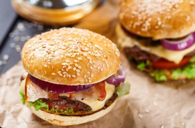 Burger au lard et oignons rouges - Photo par 750g