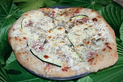Pizza blanche lardons, courgettes et graines - Photo par sophieleb