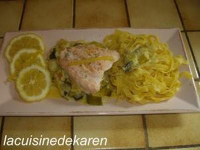 Saumon sur lit de poireaux aux crevettes grises - Photo par vachem
