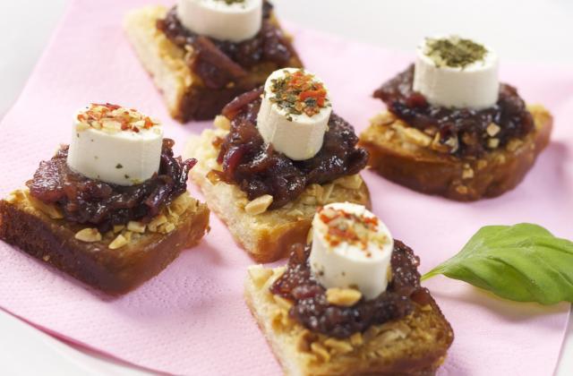Croûtons aux amandes à la confiture d'oignons rouges et Apérivrais saveurs d'Italie - Photo par Quiveutdufromage.com