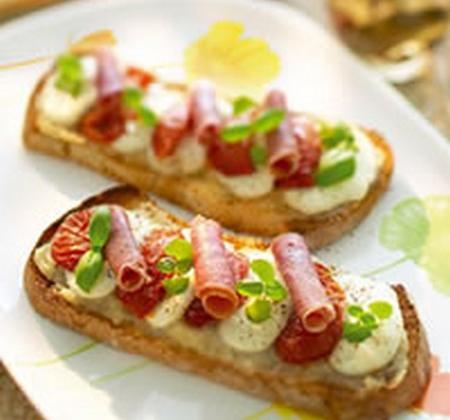 Bruschetta tomates confites, jambon italien, mozzarella et marmelade d'oignons - Photo par Luminarc