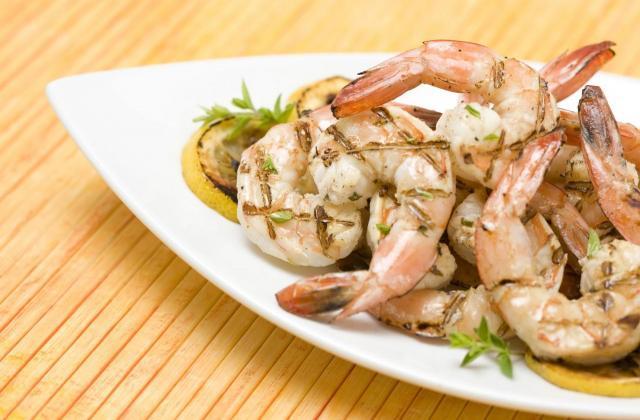 Plancha de crevettes marinées à la moutarde - Photo par Amora
