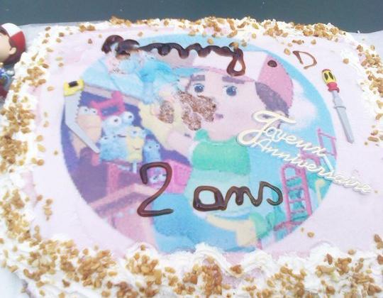 Gâteaux d'anniversaire à la framboise manny et ses outils - Photo par Jennifde