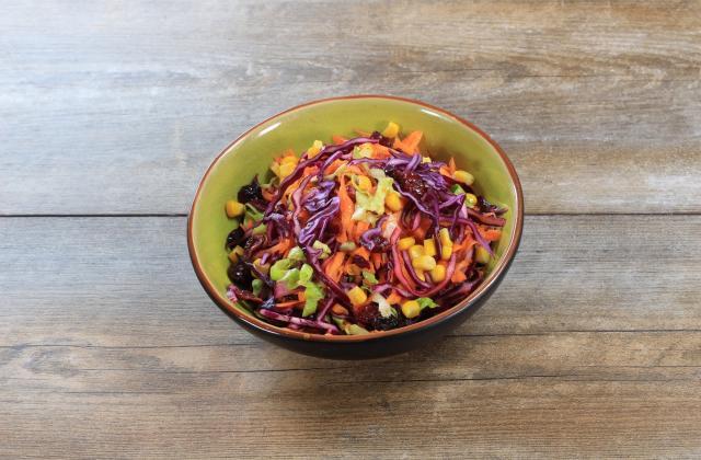 Salade de carottes râpées au chou rouge, maïs et cranberries - Photo par 750g