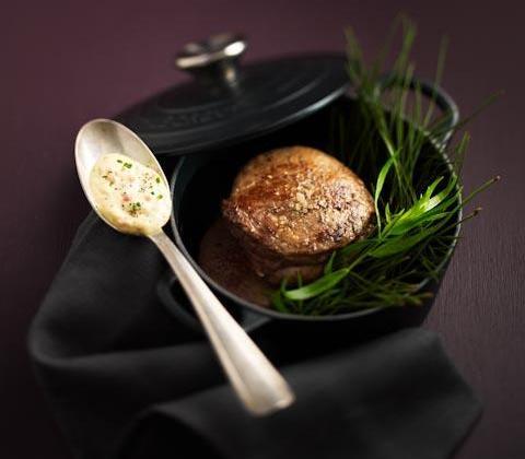 Filet de bœuf rôti sur la tranche, fumé aux épines de pin, sauce choron, grenailles de l'île de Ré en cocotte - Photo par Editions GLD