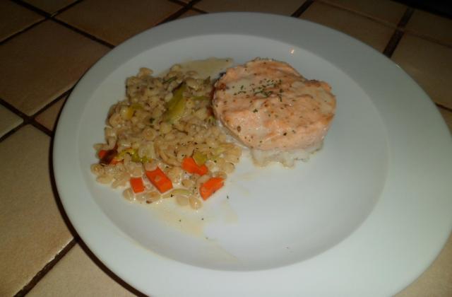 Cabillaud, mousse de saumon accompagnée de blé et légumes - Photo par melaniiO