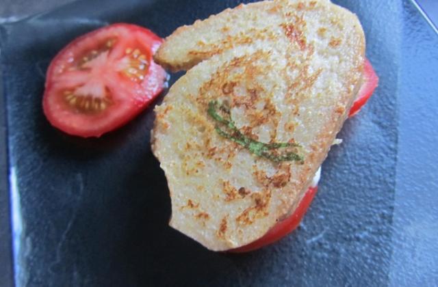 Le 'tomate-mozza' façon pain perdu - Photo par Ameloche