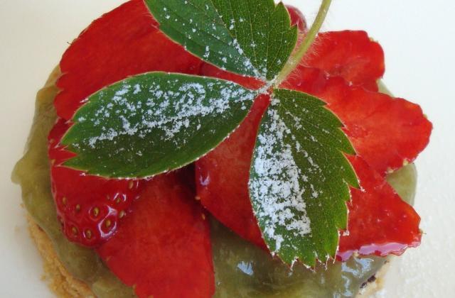 Sablé breton, compotée de rhubarbe et pétales de fraises - Photo par lagrio