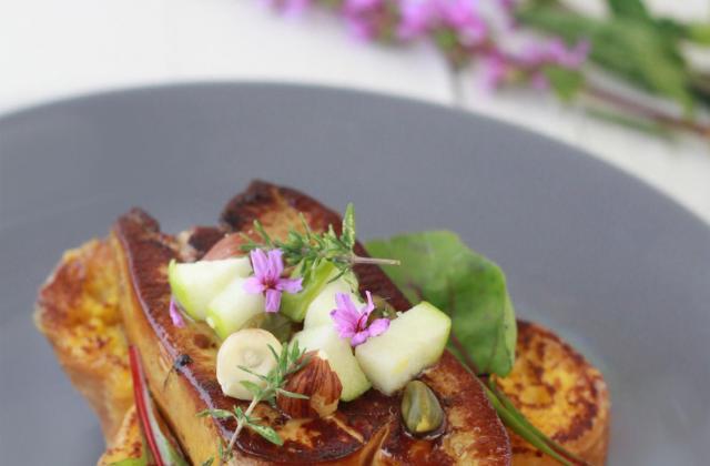 Brioche perdue au Floc de Gascogne, foie gras du Gers poêlé aux fruits secs et chutney d'abricots - Photo par fraises