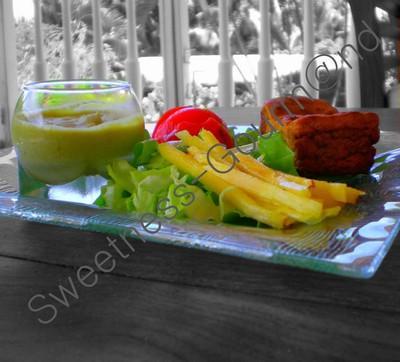 Mousse d'asperge, cake carotte-cumin-noix et sa salade exotique - Photo par unetoquee