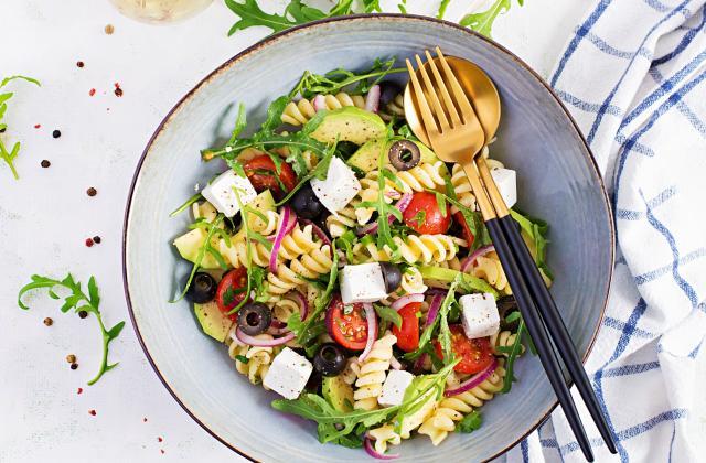 Salade de pâtes à l'avocat, oignons rouges, olives et féta - Photo par 750g