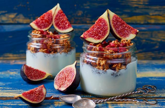 Breakfast bowl au lait d'amandes, graines de chia, granola et figues - Photo par 750g