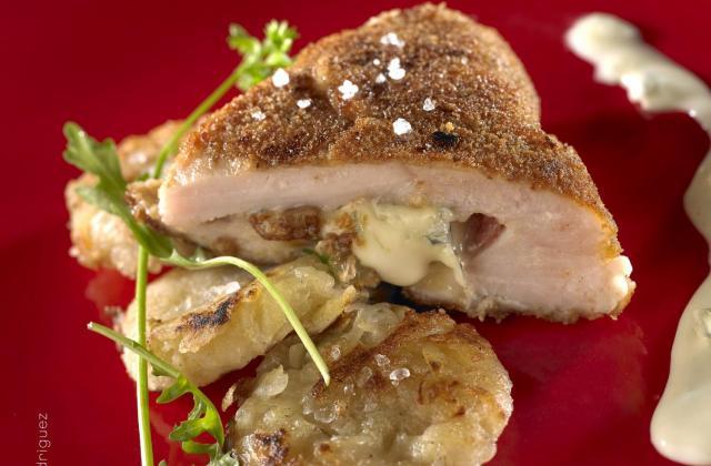 Cordon bleu, pruneaux, salami, Bresse Bleu et sa galette de pommes de terre, sauce au Bresse Bleu - Photo par Quiveutdufromage.com