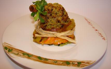 Souris d'agneau en croûte de pistaches vertes, sur un nid croustillant de légumes épicés et parfumés à la coriandre - Photo par Sandrine Baumann