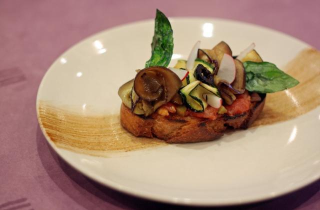 Bruschetta aux légumes grillés, compotée au ketchup hot et chips de basilic - Photo par tentat