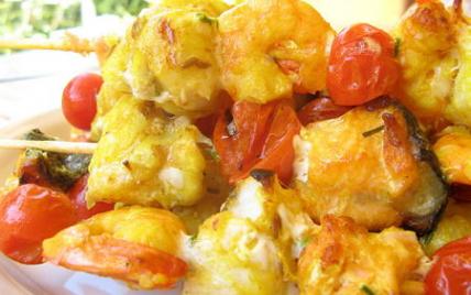 Brochettes de lotte, saumon et crevettes et sa marinade au curry et cumin - Photo par sherau