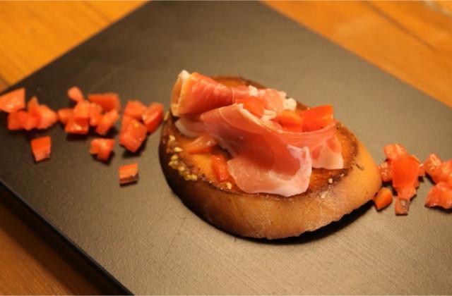 Tartine de pain aillé avec tomate et jambon - Photo par 750g