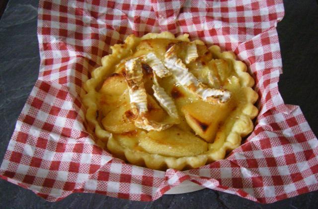 Tartelette aux deux pommes flambées et camembert - Photo par A Vos Papilles Prêts Dégustez!!!.