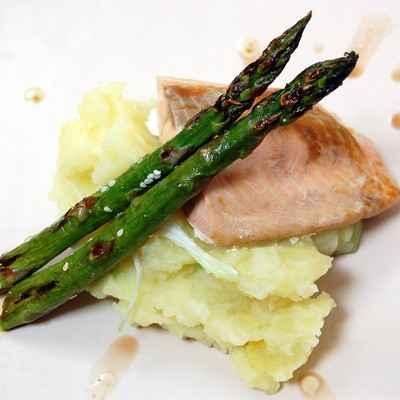 Pavé de thon, purée aux oignons nouveaux & ses asperges vertes grillées - Photo par Cécile de Torchons & Serviettes