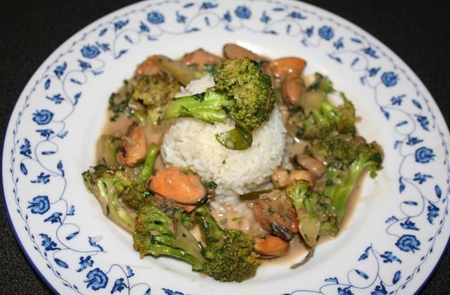 Brocolis aux moules, épices et lait de coco - Photo par CARDAMOME