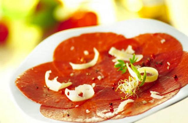 Carpaccio de bœuf aux fruits secs torréfiés et huile d'olive aux aromates, salade de roquette vinaigrette aux cidres - Photo par Jean Routhiau