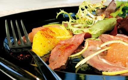 Carpaccio de canard vinaigrette d'agrumes, mesclun de salade au basilic - Photo par Piment d'Espelette