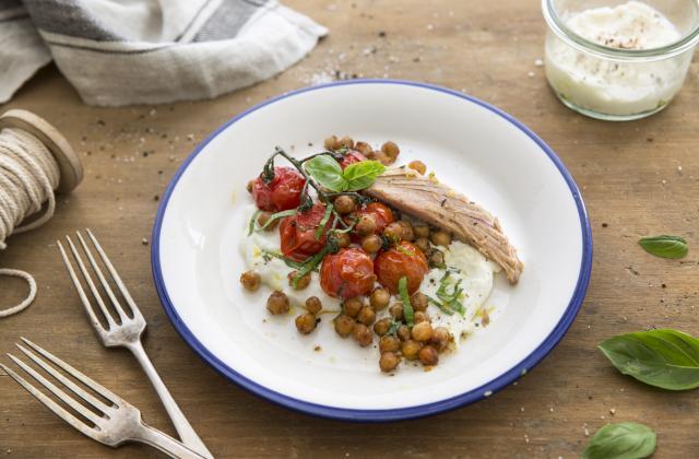Thon basilic, tomates et pois chiches rôtis, crème de ricotta - Photo par Petit Navire