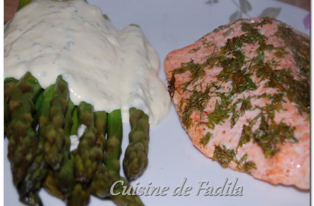 Dos de saumon à l'aneth et asperges vertes sauce parmesan - Photo par FadilaB