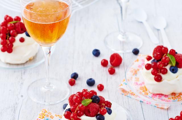 Mini pavlova aux fruits rouges nappée d'une crème fouettée légère au cidre - Photo par Unicid