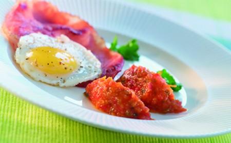 Œuf de caille au plat et concassé de poivrons rouges, ail et persil - Photo par Cassegrain