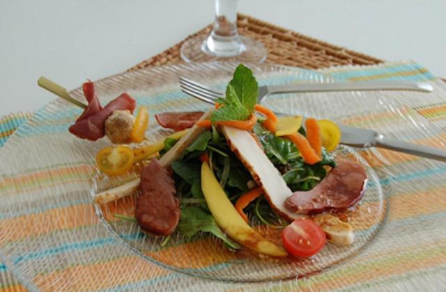 Roquette saveur thaï magret de canard fumé, filet de poulet rôti, mangues et tomates cerises - Photo par Jean Routhiau