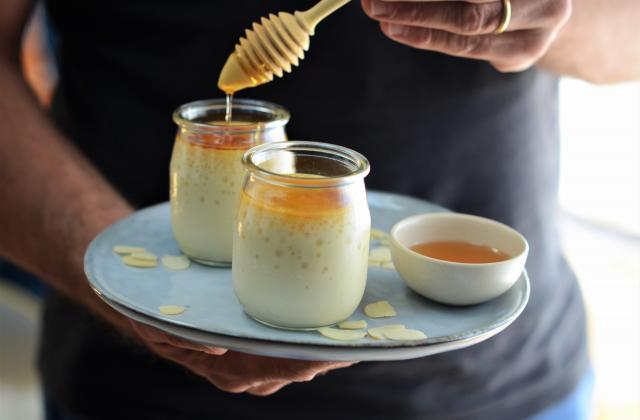 Petit pot de crème au lait d'amandes et au miel - Photo par Nadia Paprikas