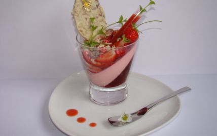 Verrine girly aux fraises, coquelicot et pralines roses - Photo par Sandrine Baumann