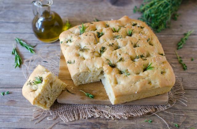 Focaccia à l'huile d'olive et aux herbes - Photo par Nadia Paprikas