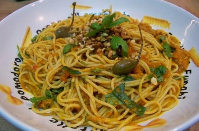 Spaghettis façon sicilienne au thon, câpres, piment et pissala - Photo par coco006