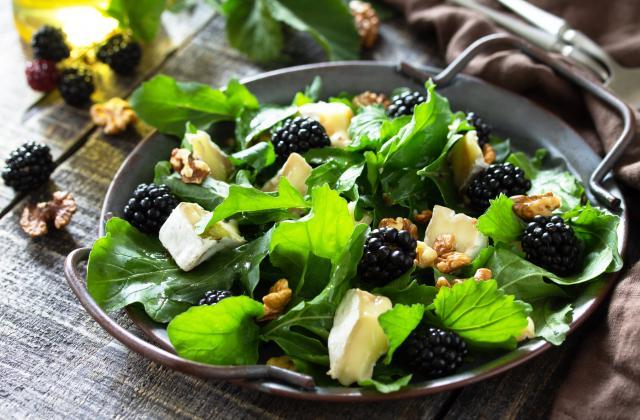 Salade de roquette au brie, noix et mûres - Photo par 750g