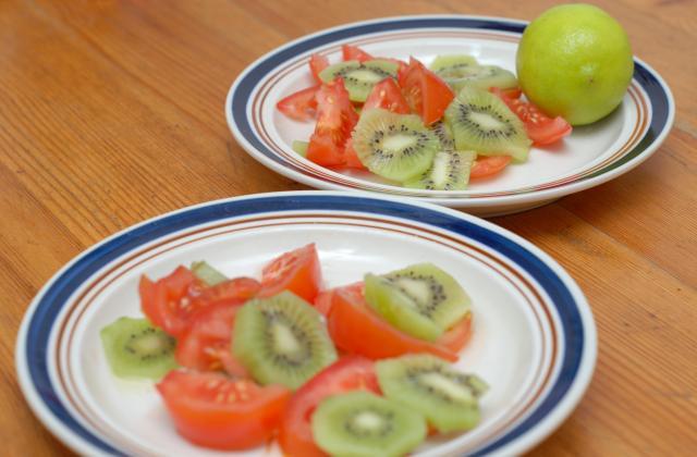 Tomates et kiwi en salade colorée - Photo par timotheh