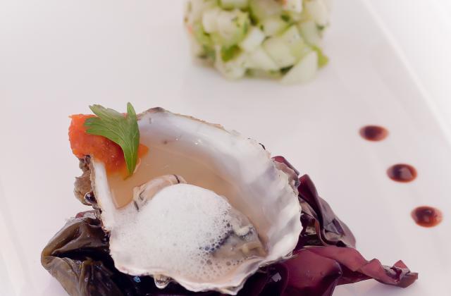 Huître tiède, semi-pris et écume de bouillon de coquillages 'Ariaké', mousse de carotte & agrumes, tartare 'granny-Smith'-céleri branche, et tuile de sarrasin aux algues - Photo par Marie-Laure du blog : Ça sent beau dans la cuisine
