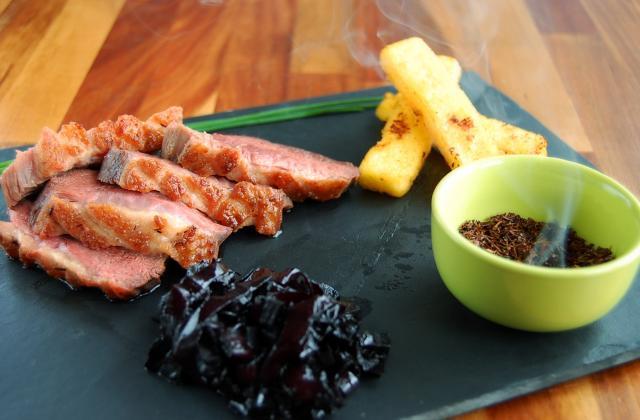 Magret de canard fermier des Landes fumé au thé rouge, et condiment de betterave - Photo par supertouillette