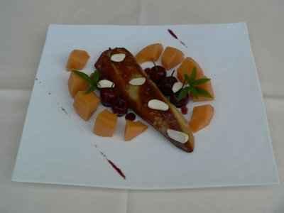 Escalope de foie gras Au Temps Des Cerises, amandes fraîches et réduction d'une sangria - Photo par 750g