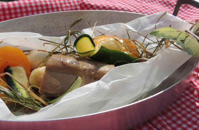 Papillote de foie gras au foin et sa farandole...ail en chemise et pêche de vigne baignés au Floc Blanc de Gascogne - Photo par mercedy