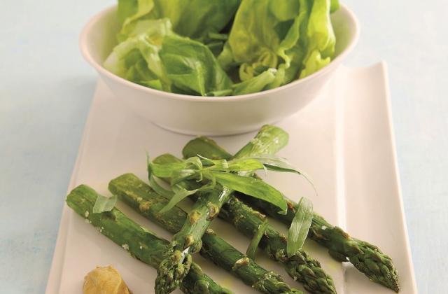 Asperges grillées, moutarde et salade de laitue - Photo par fitnex