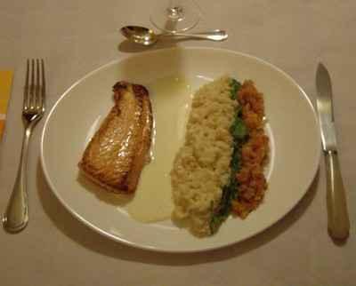 Dos de saumon à l'unilatérale, risotto fondant, julienne de poireaux et concassée de tomates provençales - Photo par jeremy2L