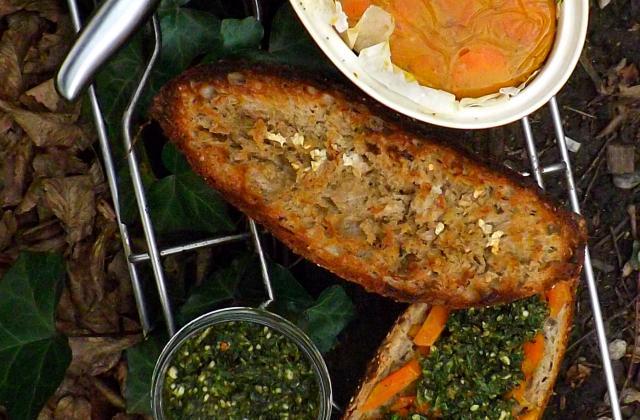 """Terrine de carotte à l""""orange et miel sur pain de la veille et sous pesto de fanes de carottes à l""""amande - Photo par sweetnessandmore"""